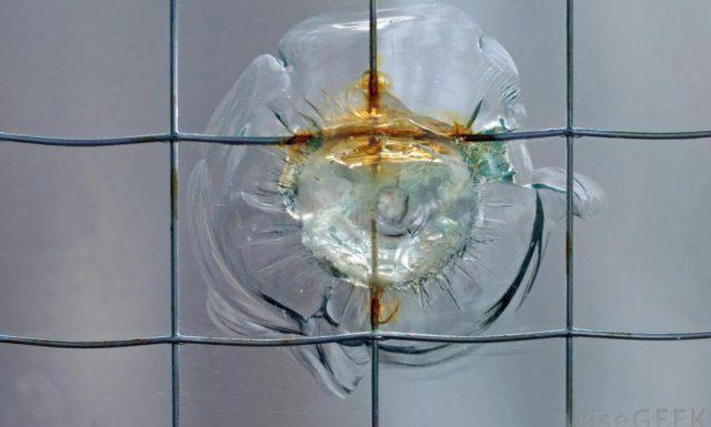 Kaca antipeluru biasanya terbuat dari polikarbonat.