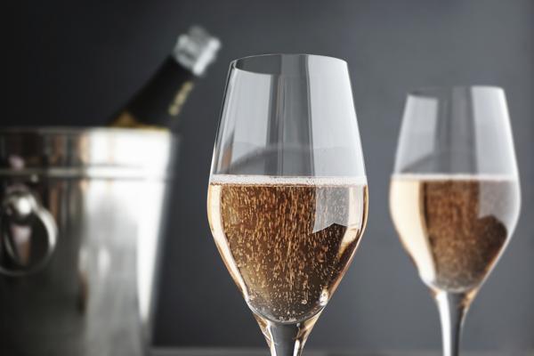 5. Menuangkan Minuman bersoda